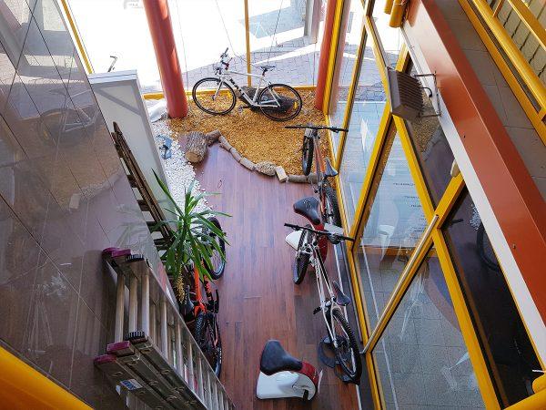 Biciklik egy üzletház földszintjén a galériaszintről nézve