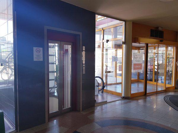Üzletház bejárata és liftje