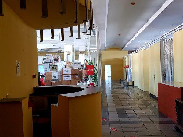 Folyosó és egy üzlet ügyfélszolgálati pultja