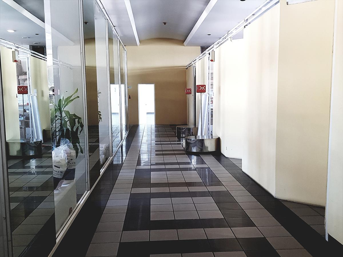 Fényes folyosó fekete és fehér csillogó járólapokkal és tükrökkel